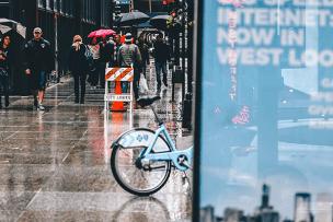 アイキャッチ_雨の日の自転車通勤