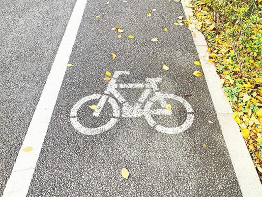 路上を走る自転車